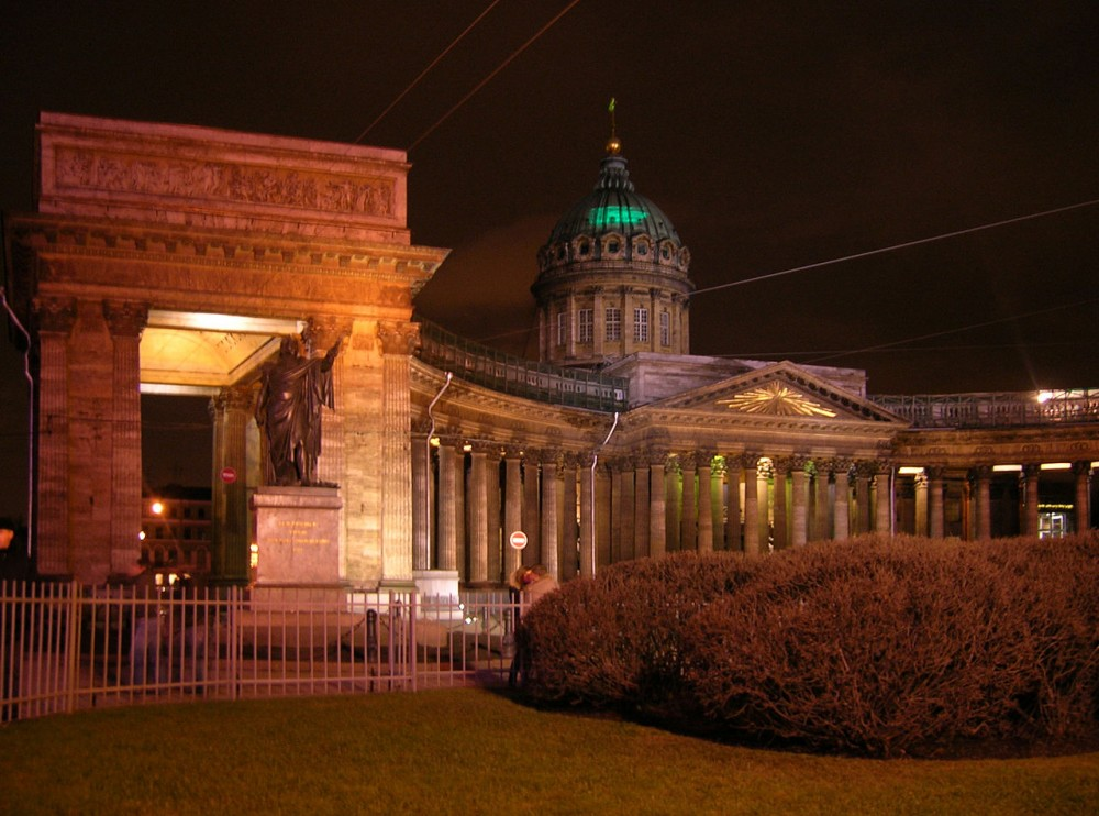 1280px-Kazan_Cathedral_St._Petersburg_with_light_running_prayor_on_its_dome.jpg