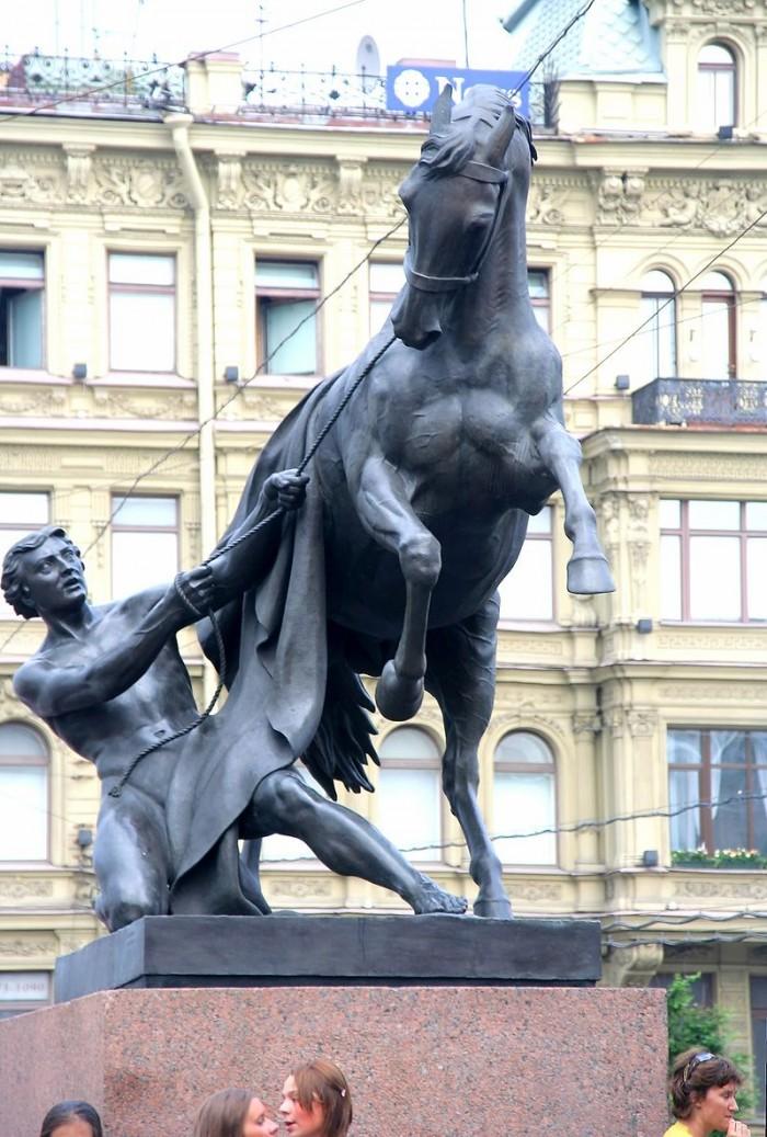 800px-Anichkov_bridge_horse_tamer_4.jpg